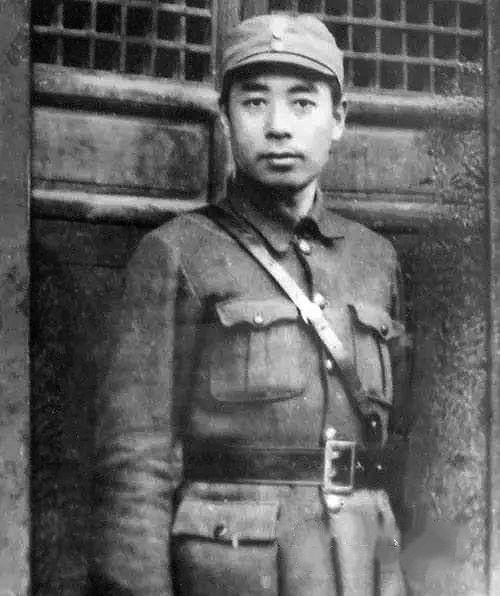1939年3月,在天目山視察抗戰的周恩來。