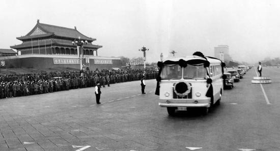 1976年1月11日,首都百萬群眾,淚灑十里長街,極其沉痛地悼念敬愛的周總理。這是安放周總理遺體的靈車通過天安門。新華社記者 劉少山 攝