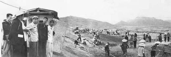 1958年7月,周恩來到廣東省新會縣農村視察。