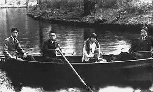 1921年春,周恩來加入中國共產黨。圖為周恩來(左二)與入黨介紹人張申府(右一)、劉清揚(右二)在柏林萬賽湖。左一為趙光宸。