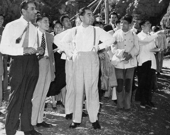 1959年9月,周恩來陪同來訪的阿富汗副首相兼外交大臣納伊姆參觀。
