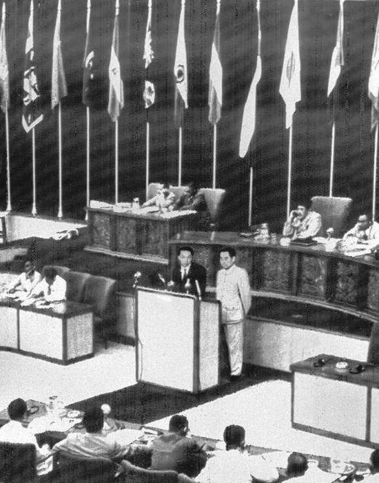 1955年4月19日,周恩來出席在印度尼西亞召開的萬隆會議(首次亞非會議),以「求同存異」的發言征服全場,樹立新中國真誠友好的形象。