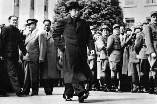 1954年4月,周恩來步入日內瓦會議會場,代表新中國第一次出現在國際舞台。他步履堅定,神情沉穩,形象英俊,舌戰以杜勒斯為代表的「十六國」,讓西方世界為之震動。