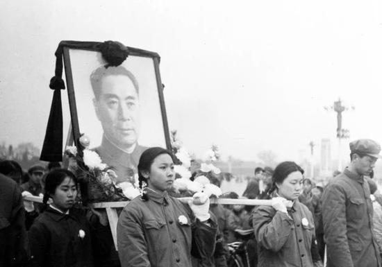 1976年1月8日,周恩來在北京逝世,享年78歲。這是人們抬著周總理畫像走向人民英雄紀念碑。新華社發(資料照片)