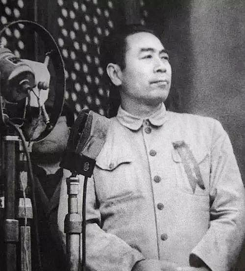 1949年10月1日開國大典,天安門城樓上所有人都穿著莊重筆挺的禮服,唯注重儀表的周恩來穿著一件舊卡其布中山裝。忙於政治協商會議工作的他,已經四天四夜沒合眼。