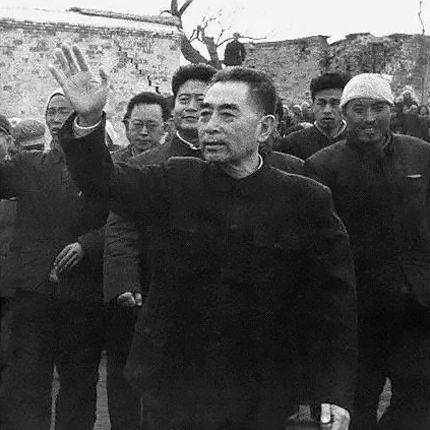 1966年3月9日,河北邢台地震的第二天,周恩來到震災區視察並慰問群眾。