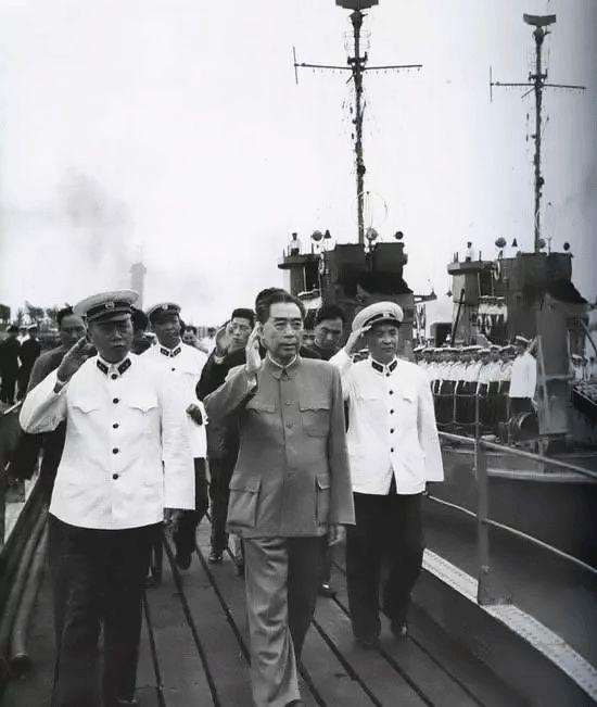 1963年5月,周恩來視察東海艦隊。