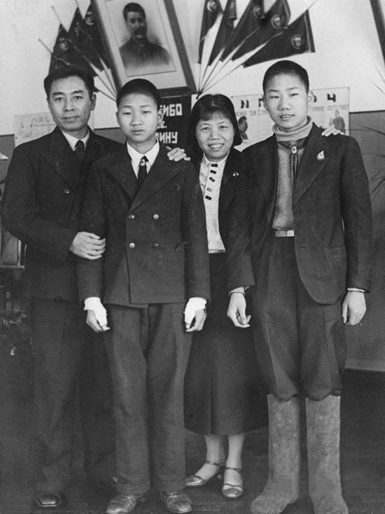 1940年1月,鄧穎超陪他來到莫斯科治療臂傷期間,在國際兒童院看望毛岸英(右)與毛岸青。