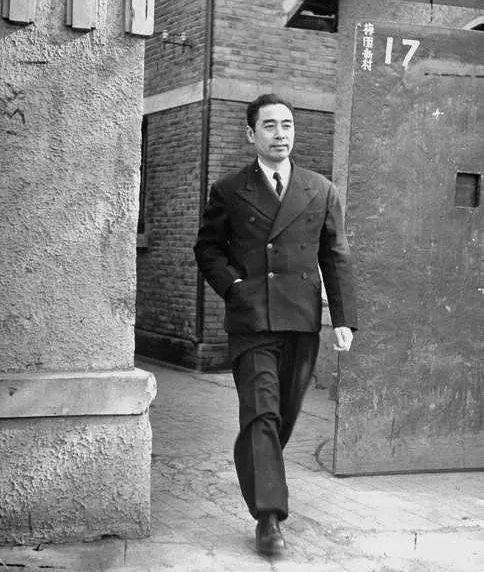 1946年5月,周恩來在中共代表團駐地南京梅園新村。▲ 圖片來源於『John Florea』攝