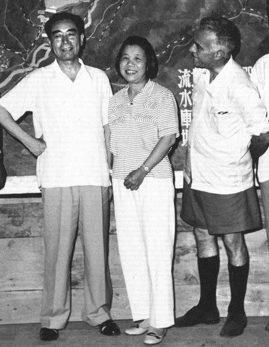 1960年8月30日,兩人在密雲水庫招待再次來華的埃德加•斯諾。斯諾仔細端詳這對夫婦,用美國腔中文打趣道:「讓我看看你們還像在延安時那樣相親相愛嗎?」把兩人逗得開懷大笑。