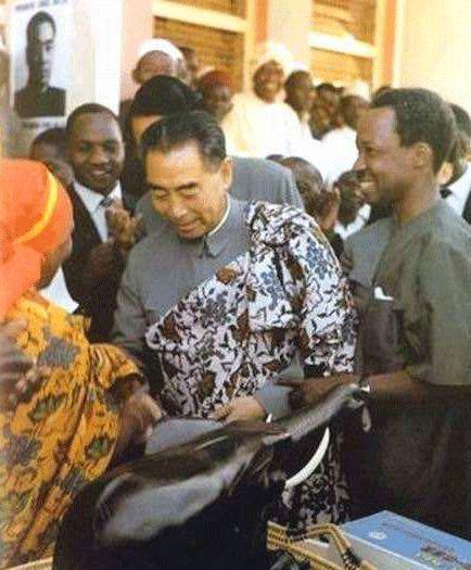 1965年6月,周恩來訪問坦桑尼亞,接受非洲民族元老贈送民族服裝。右一為尼雷爾總統。