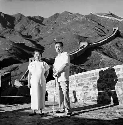 1955年8月22日,鄧穎超和周恩來游八達嶺。