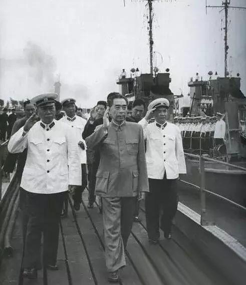 1957年,建軍三十周年之際,人民海軍舉行了第一次海上閱兵。