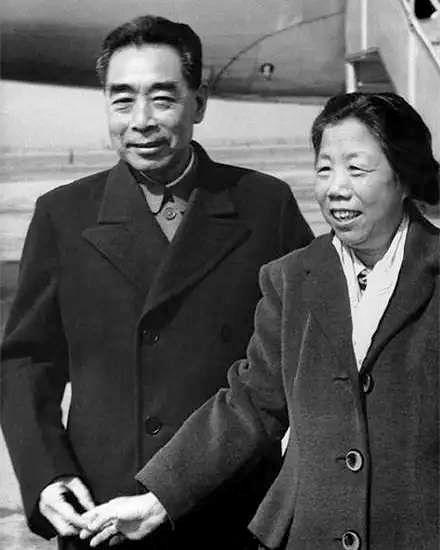 1964年,周恩來與鄧穎超在機場。