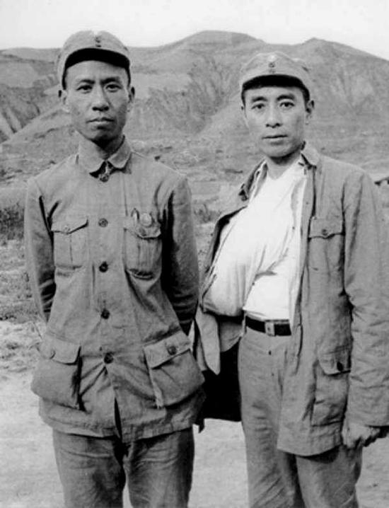 1939年7月,周恩來在延安為避撞上江青而不幸墜馬,致使右臂粉碎性骨折。左為劉少奇。