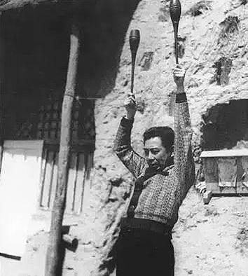 1940年3月,周恩來從蘇聯治傷回到延安後,鍛煉臂力時的情景。