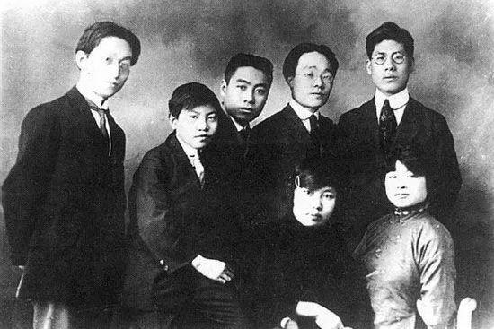 1919年9月16日,周恩來等學生運動的積極分子在天津成立覺悟社,由他主編的社刊《覺悟》於1920年1月出版。圖為周恩來(後排中)與覺悟社成員合影。