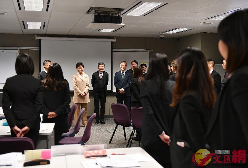 林鄭月娥與新入職人員交談。