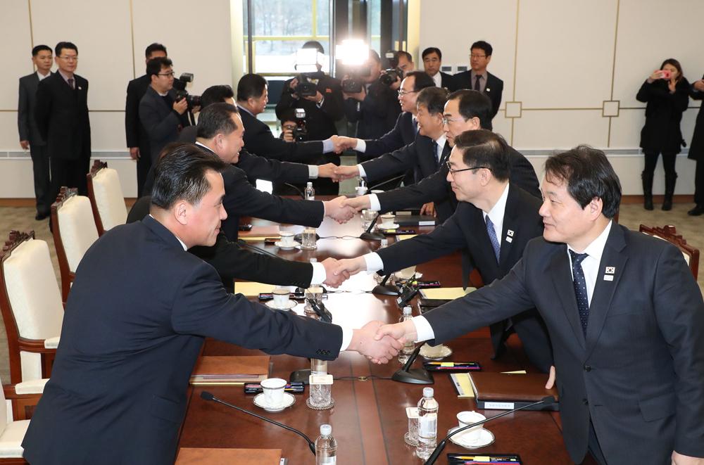 韓朝政府代表9日在板門店會談上握手。