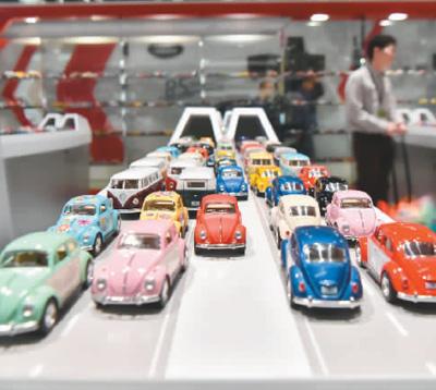 一家參展商展出的玩具車。王 璽攝(新華社發)