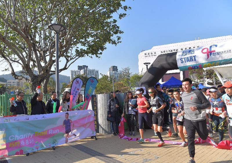 政務司司長張建宗(左二)、香港愛滋病基金會主席梁智鴻醫生(左一)和其他嘉賓今日為香港愛滋病基金會AIDS Free越野慈善跑主持鳴槍儀式。