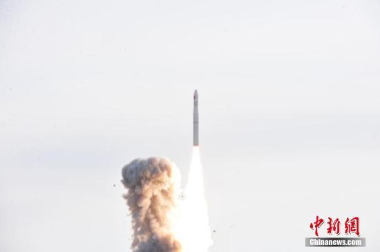 1月19日12時12分,中國長征十一號固體運載火箭在酒泉衞星發射中心騰空而起,以「一箭六星」的方式將6顆商業小衞星送入太空。這是長征系列運載火箭的第264次發射。(中新社)