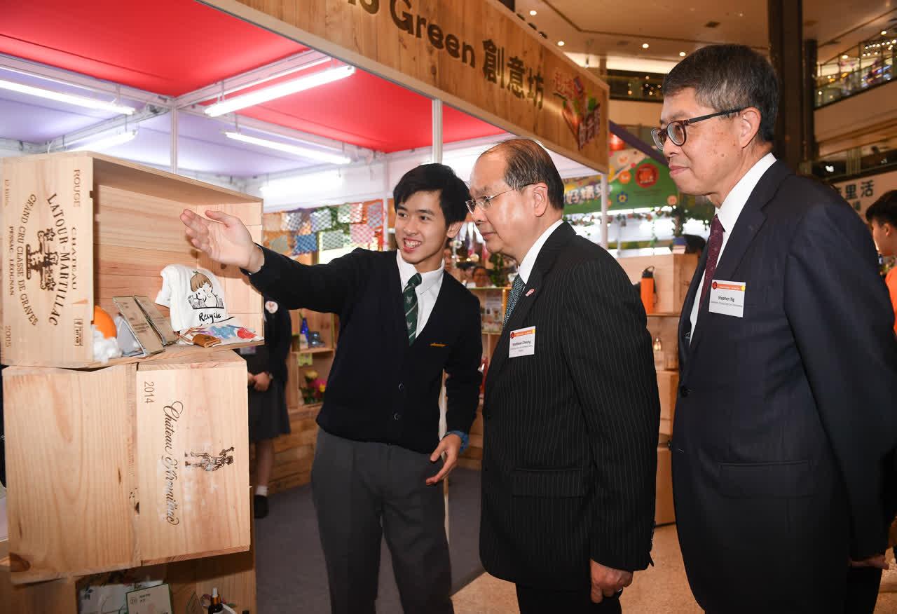 張建宗(右二)參觀展覽攤位,與學生交流