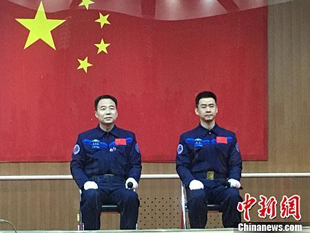 資料圖:神舟十一號航天員景海鵬(左),陳冬(右)。(中新網)