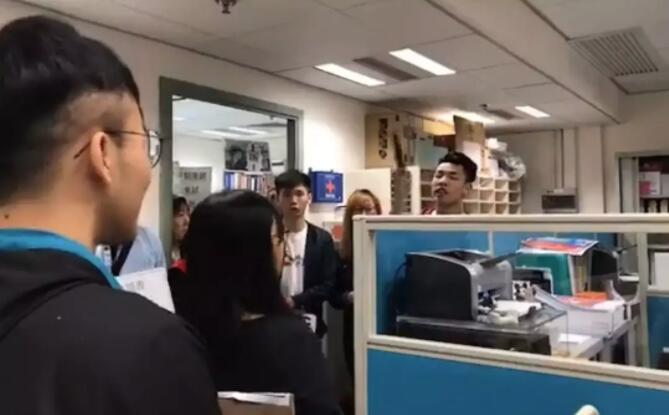 浸大學生衝入教師辦公室,語言粗鄙,態度惡劣(視頻截圖)