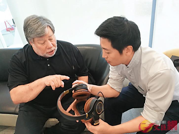 蘋果公司聯合創始人斯蒂夫.沃茲尼亞克與劉自鴻(右)見面,稱讚柔宇科技「設計和做工都很極致」 受訪者供圖