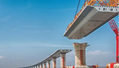 港珠澳大橋主體工程施工中的鋼箱梁海上吊裝。(資料圖片)
