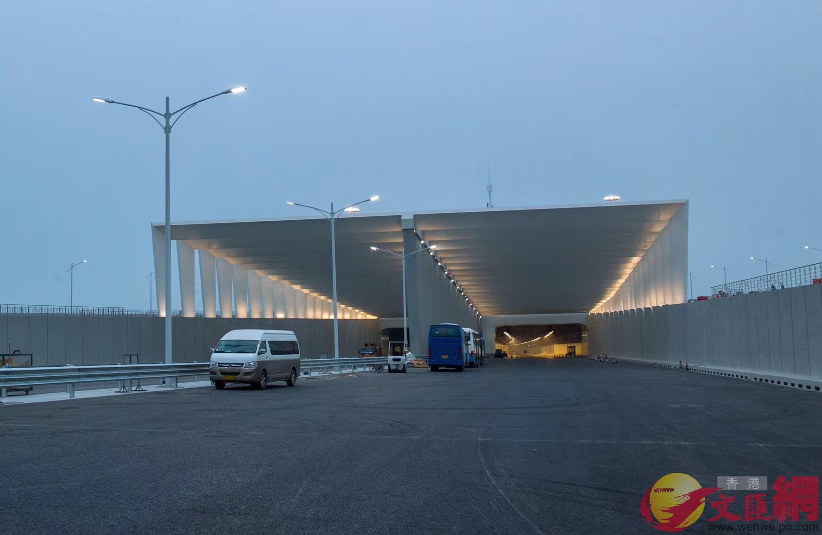 港珠澳大橋沉管隧道長5.6公里,圖為隧道出入口。(記者方俊明攝)
