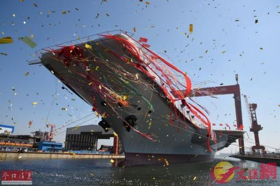 資料圖:中國首艘國產航母船塢下水瞬間。