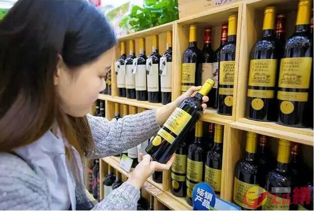 前海港貨中心因許多紅酒優惠吸引了不少顧客(記者李昌鴻 攝)