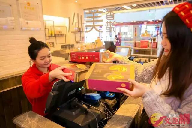 顧客在美心店購買糕點(記者李昌鴻 攝)