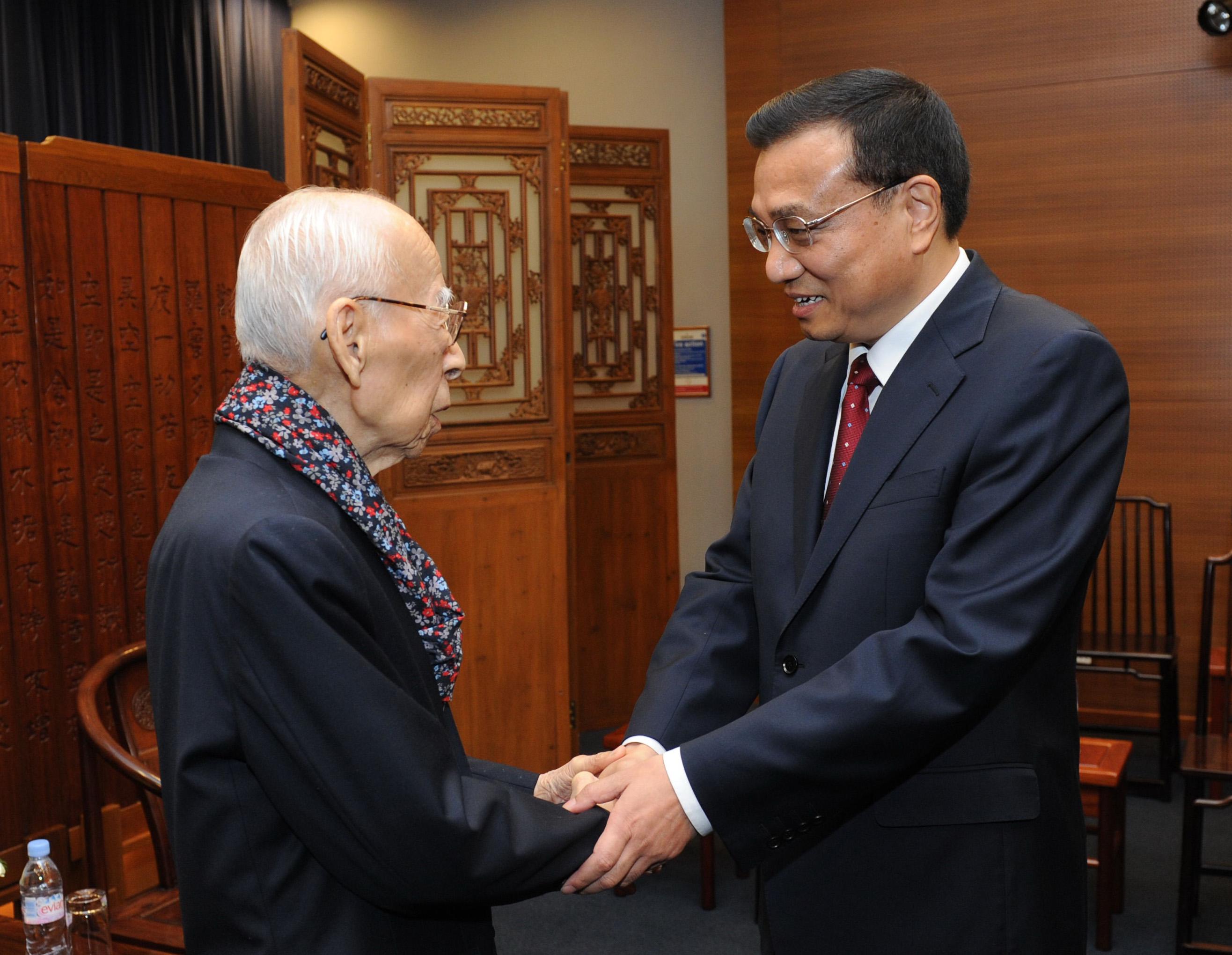 2011年8月18日,時任國務院副總理的李克強在香港大學看望饒宗頤先生(新華社)