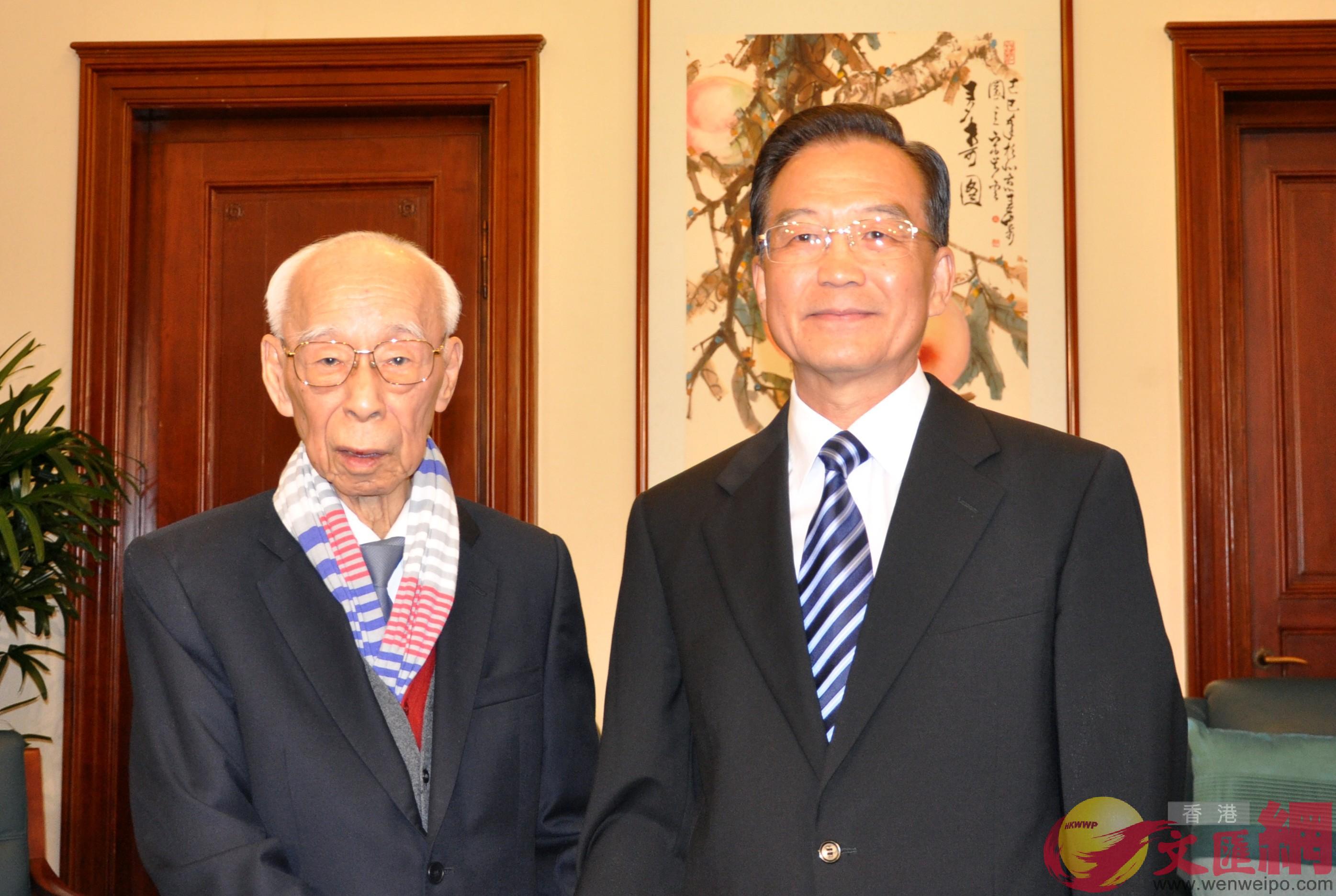 2010年8月6日,時任國務院總理的溫家寶在北京中央文史研究館會見來自香港的館員、著名學者饒宗頤先生(文匯報)