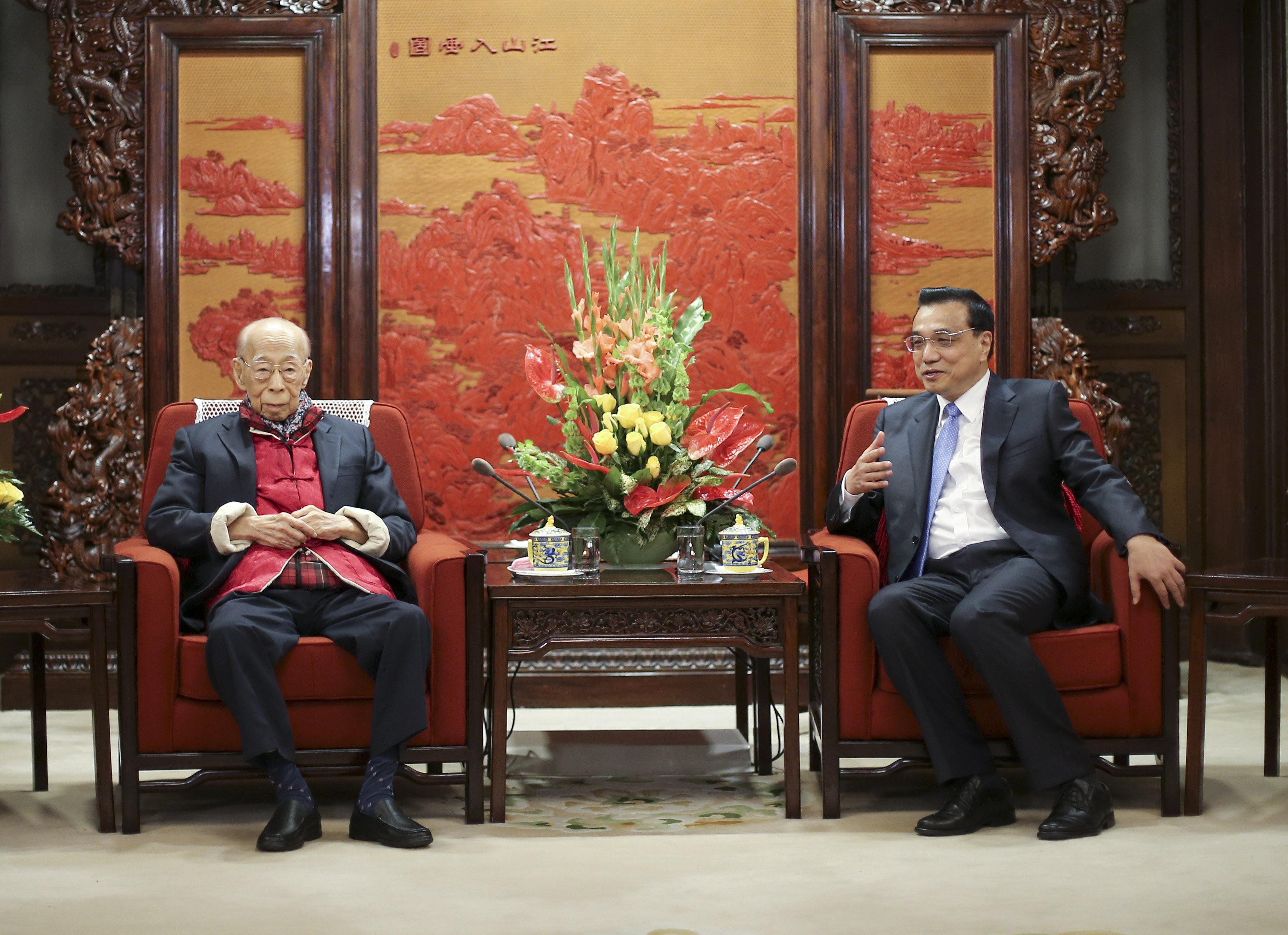 2015年4月27日,國務院總理李克強在北京中南海紫光閣會見饒宗頤先生(中新社)