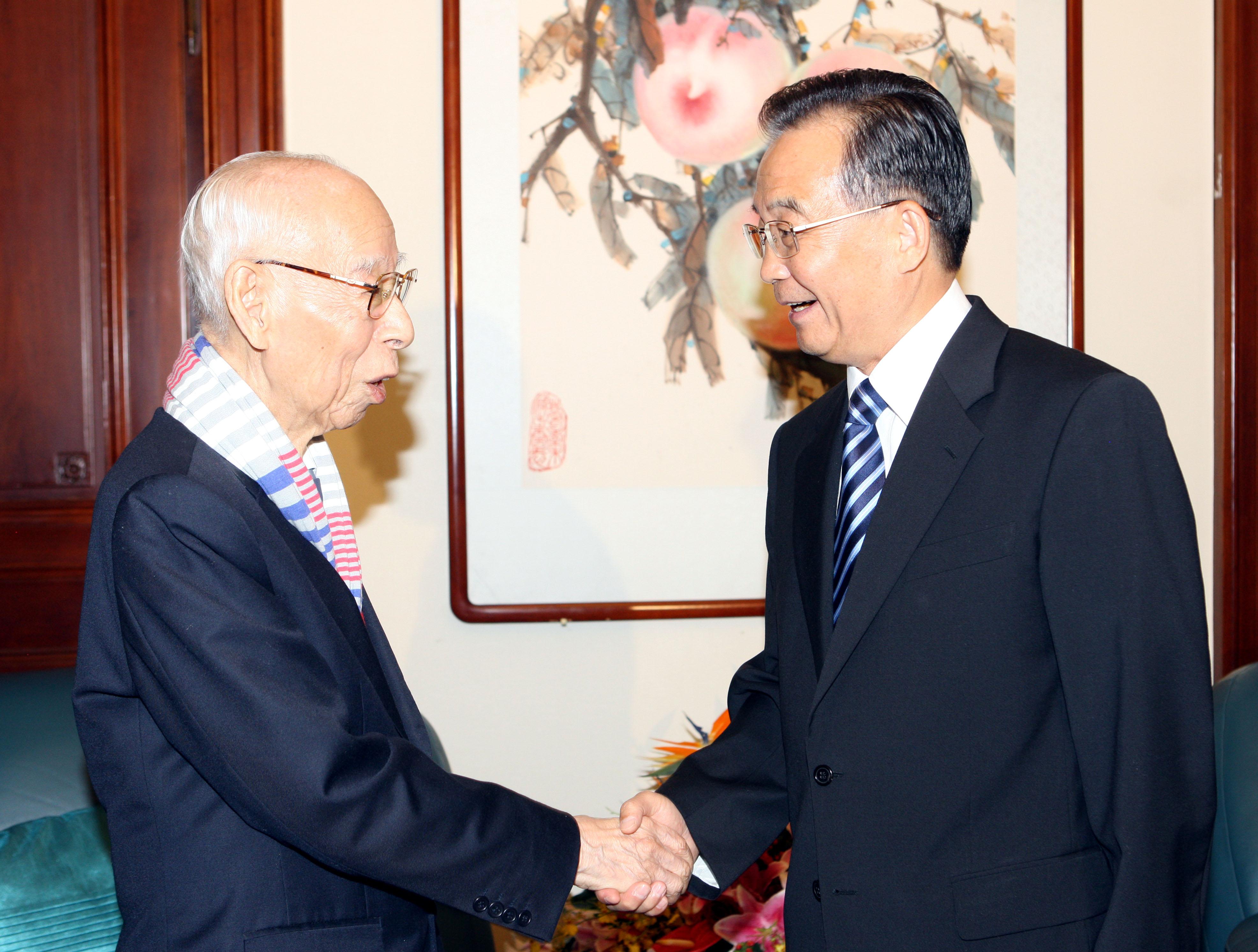 2010年8月6日,時任國務院總理的溫家寶在北京中央文史研究館會見饒宗頤先生(新華社)