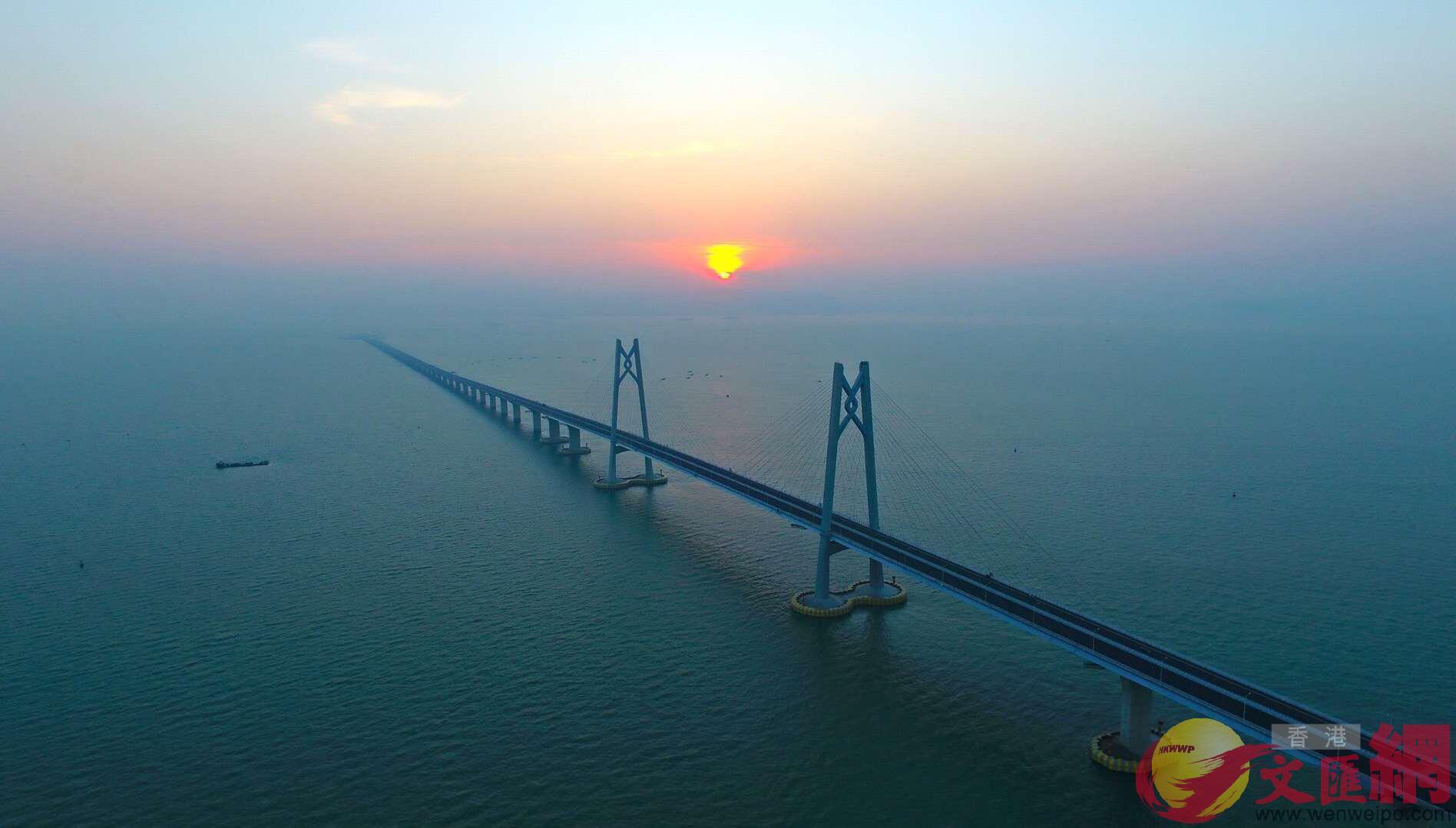 港珠澳大橋營運業務人員陸續到崗,迎接大橋的開通,圖為大橋橋樑(方俊明 攝)
