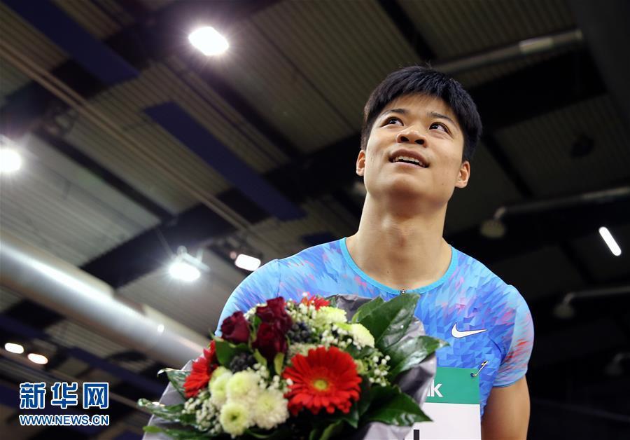 2月6日,蘇炳添在奪冠後慶祝(新華社)