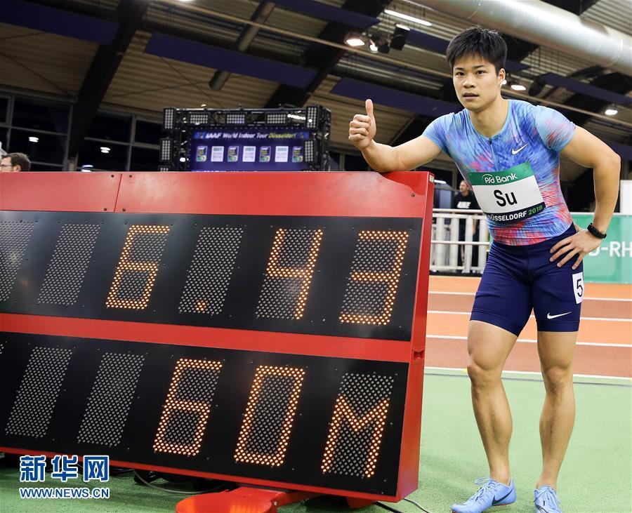 2月6日,蘇炳添在奪冠後與計時牌合影(新華社)