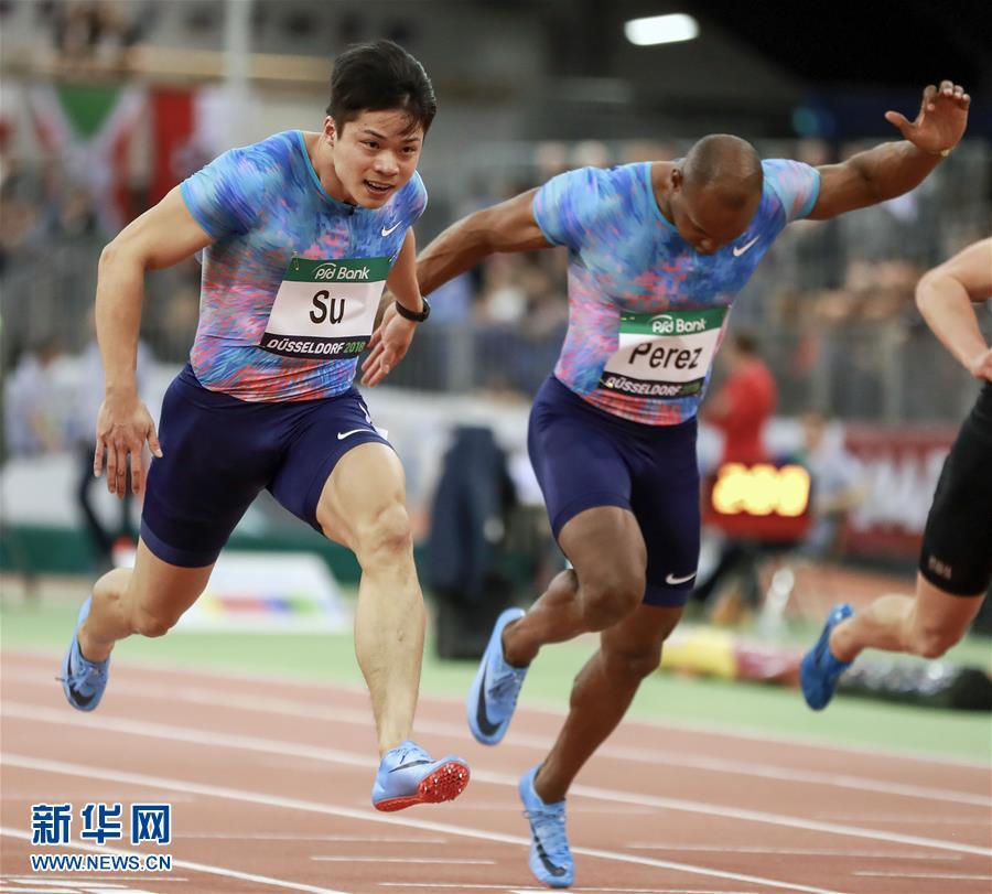 2月6日,蘇炳添(左)在比賽中衝刺。