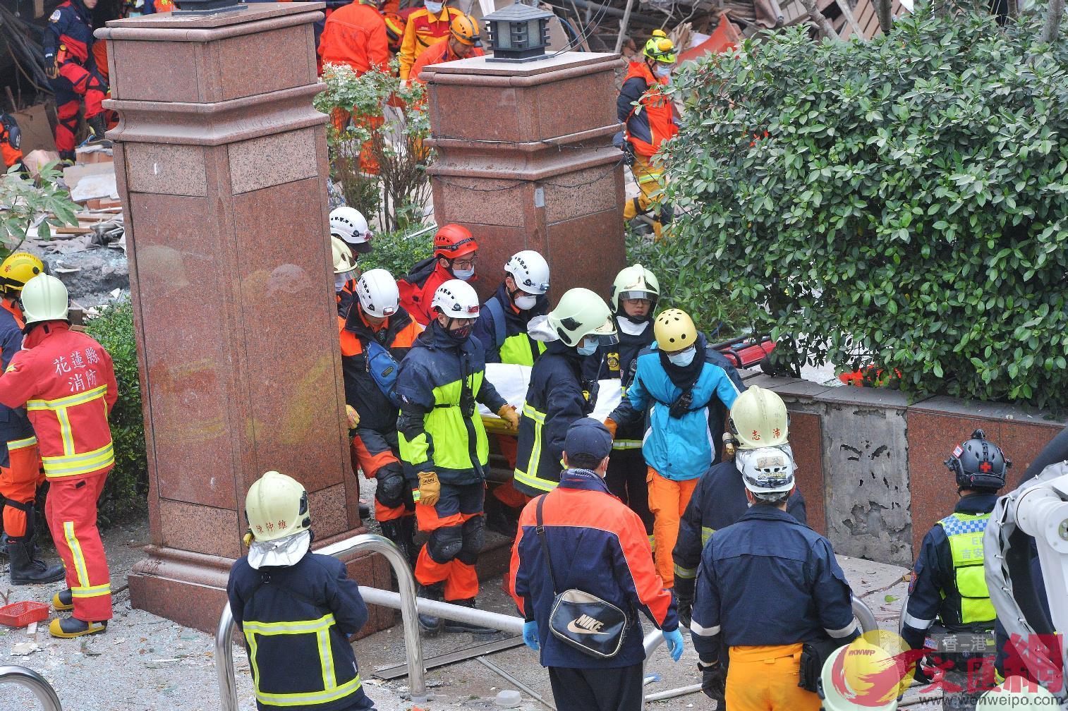 7日10:23:雲門翠堤大樓再添一罹難者,搜救人員為其蓋上白布,確認死亡。