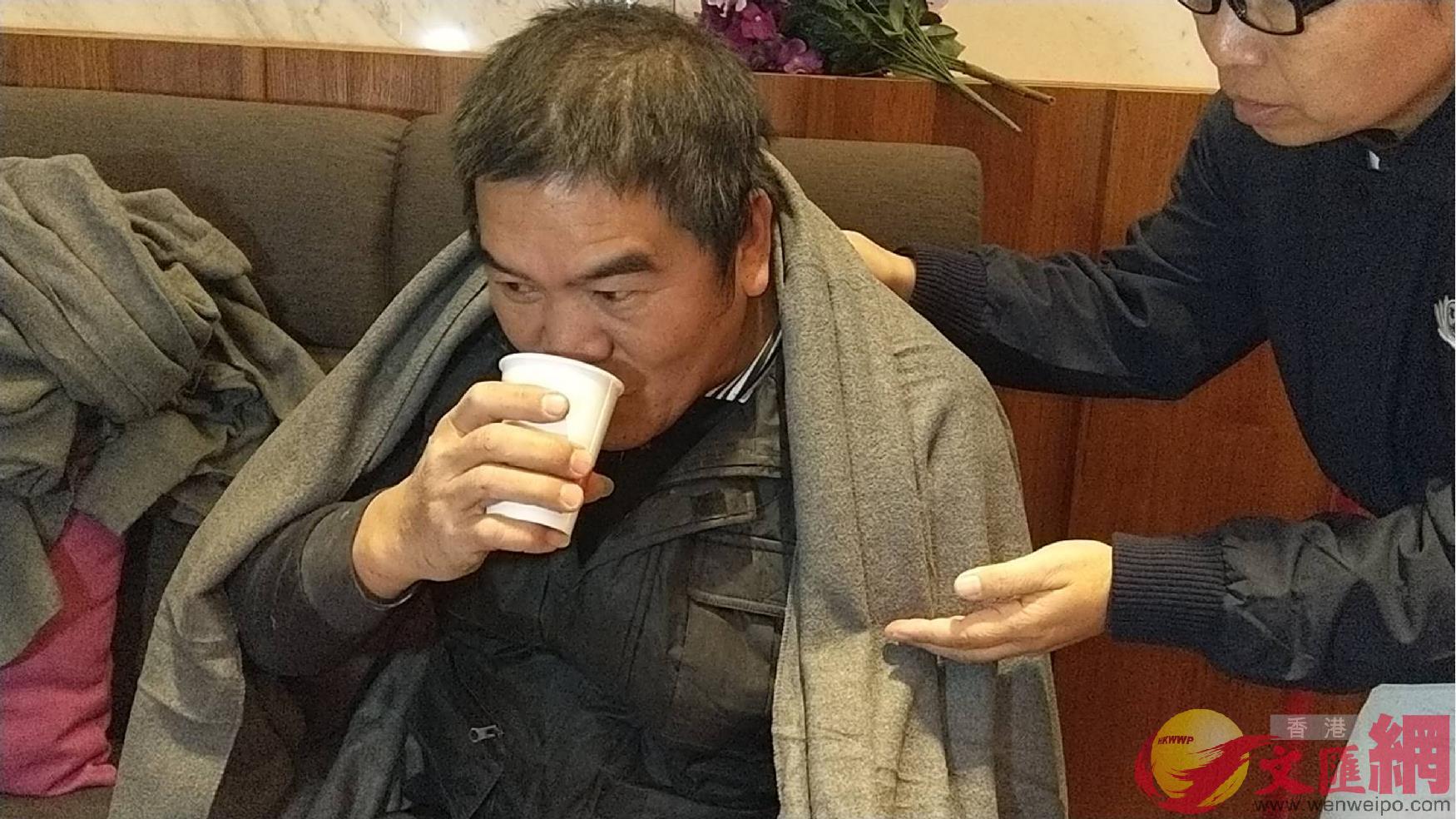 7日04:00:統帥大飯店其中一名受困地下一樓的男性員工平安獲救,他對媒體表示:「差點在電話�媮蕞簳央v。