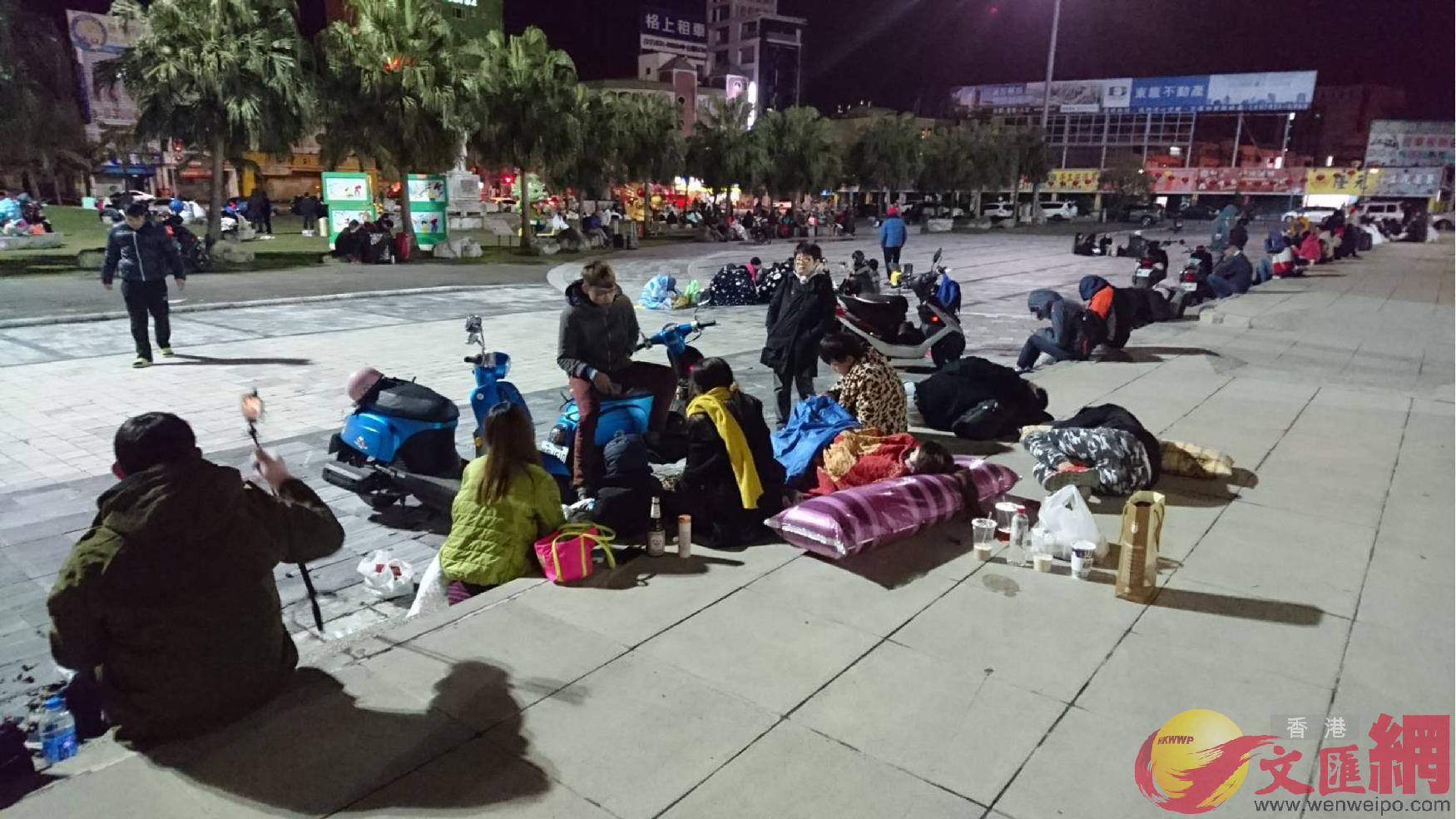 7日03:00:花蓮許多民眾餘悸猶存,不敢待在室內,選擇待在花蓮火車站外廣場空曠處過夜。