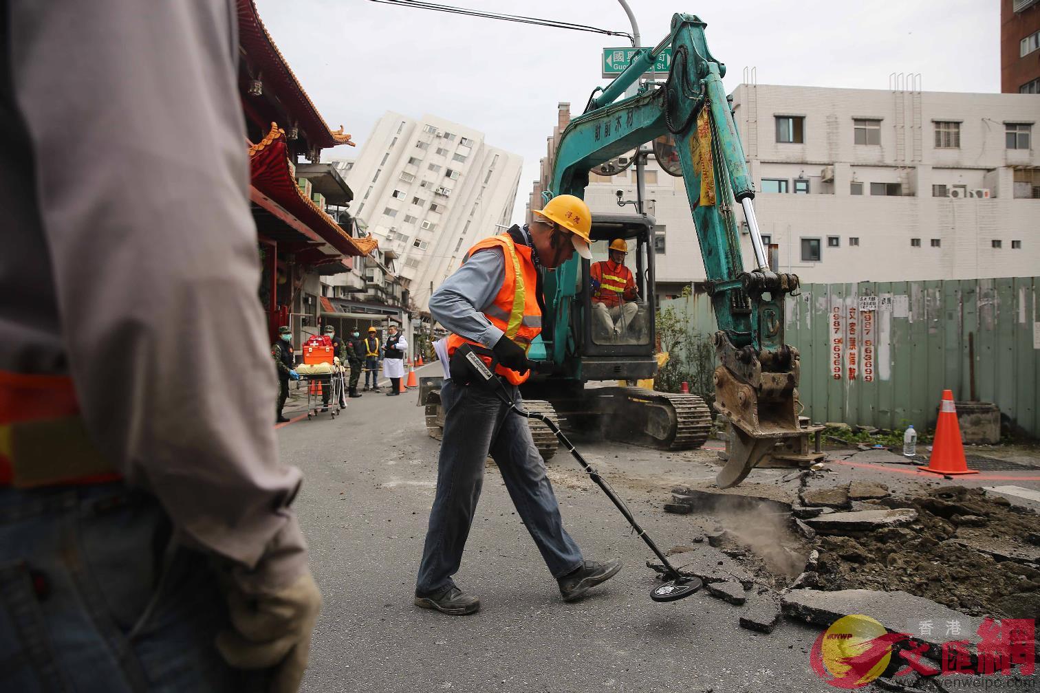 7日11:23:雲門翠堤大樓現場救難人員配合機具開挖,持感測器監測鄰近區域的地下管線有無損壞。