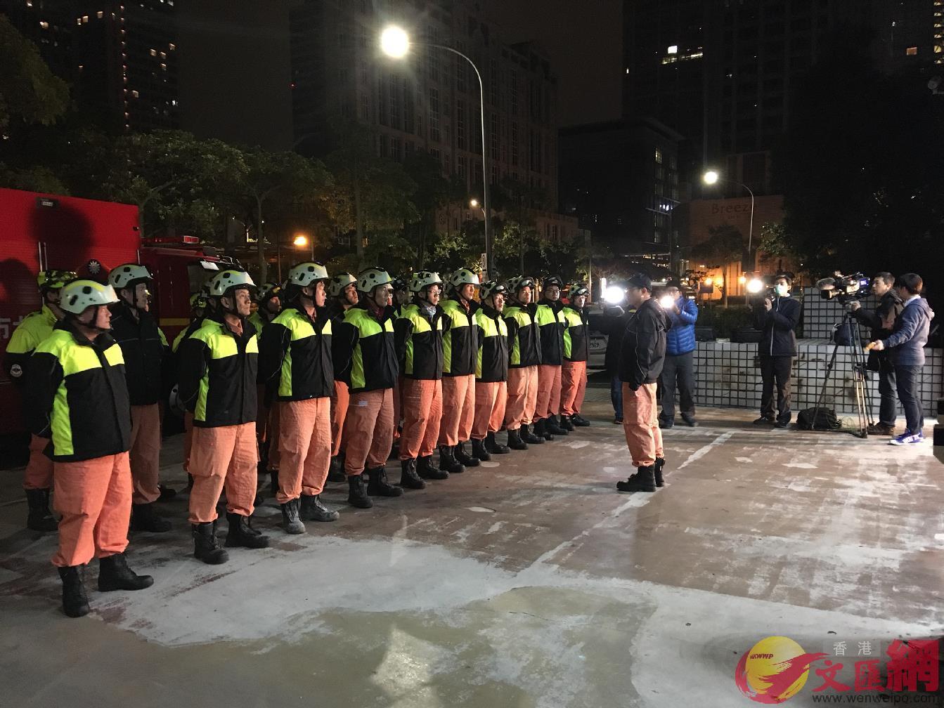 7日00:48:台北市消防局搜救隊凌晨集結人車及搜救犬等,準備出發救援。