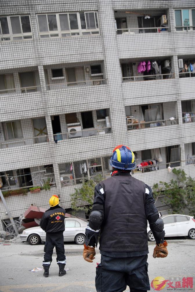 7日09:48:強震釀災,位於商校街的雲門翠堤大樓傾斜,尚有多人受困在低樓層,搜救人員持續搶救。