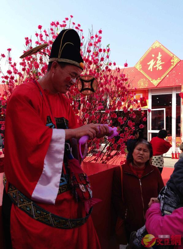 年博會門口的年俗表演吸引不少市民(記者 郭若溪 攝)
